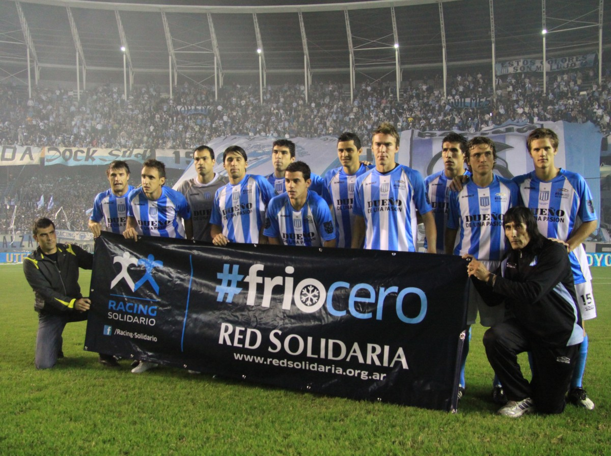 Equipo profesional con el banner a la salida de la cancha en el partido vs Boca Juniors (Mayo 2012)