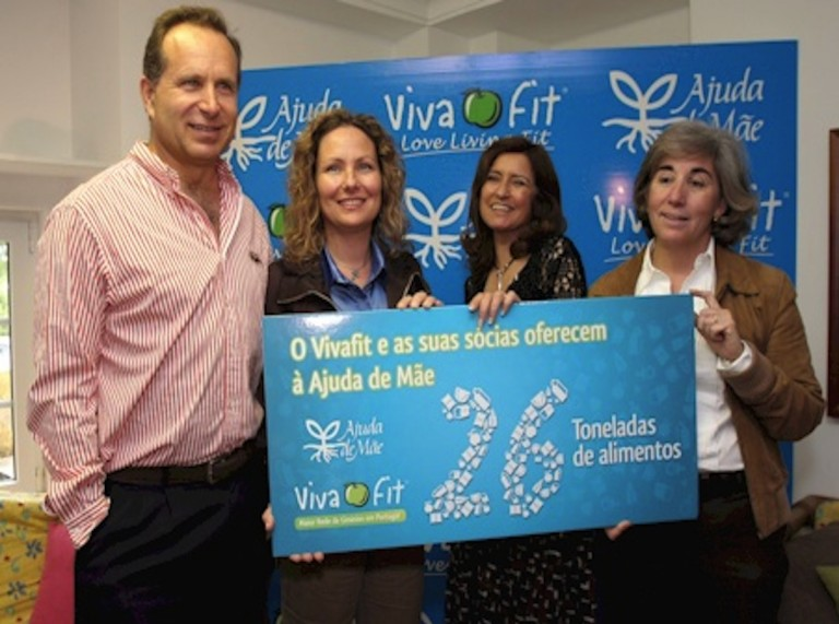 Pedro and Connie Ruiz of Vivafit present food their members have collected to Ajuda de mae